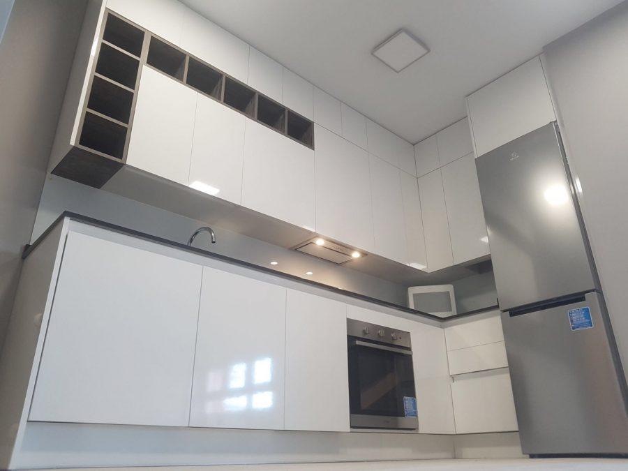 Estratificado blanco en alto brillo con modulo decorativo